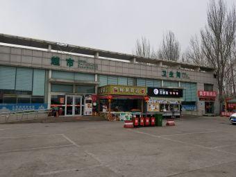 禹城服务区停车场