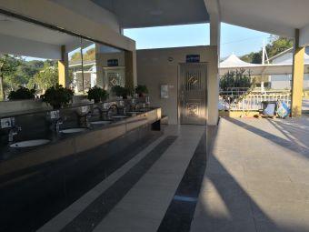 和平服务区停车场