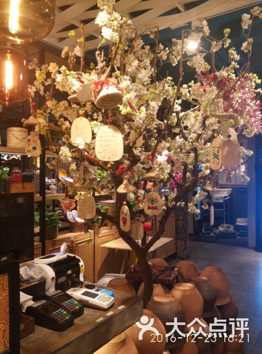 彩泥·云南菜-孔雀餐厅(金桥国际店)入口 圣诞树图片 - 第4张