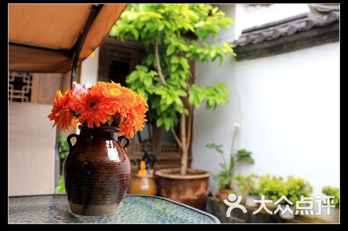 佬树客栈-外庭院鲜花摆设图片-丽江酒店-大众点评网