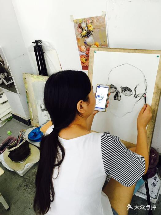西美高考画室学生画画图片