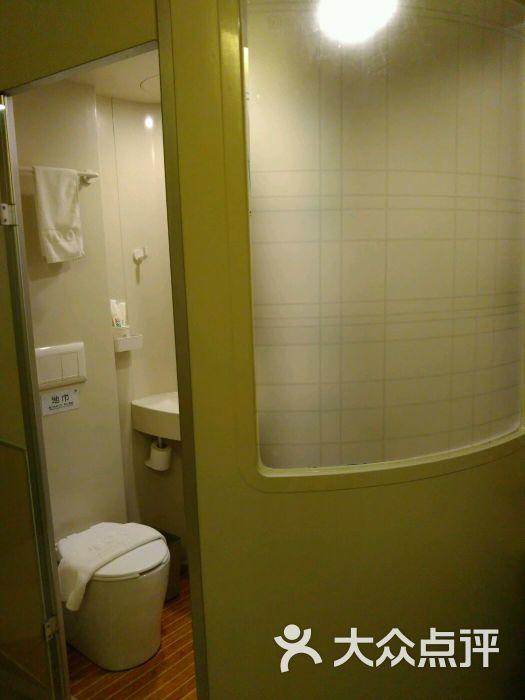 酒店离地铁站出口大概一公里的样子,位置还蛮好找,优点是房间环境很好,很干净,缺点是房间挤得慌,床头连个柜子都放不下当然价格便宜是它的优势,在上海150能住到这样的酒店不错了,关键是离虹桥机场还是火车站都蛮近的赶飞机的住处不错