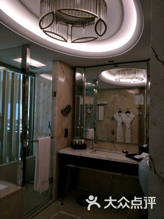 酒店交通:我们自驾,所以还行,不开车肯定没办法,交通不便。 前台办入住:和其他评论一样,说是帮我们升级了,现为湖景房。 酒店房间:初看看还可以,有浴缸,淋雨,马桶自动翻盖,几乎落地的落地窗,床也蛮大。 小冰箱里三罐软饮免费。 不过,细节很一般。 浴缸:没有擦洗干净,浴缸壁明显没擦过,之前客人洗后的皮屑杂物。 淋雨房:水很大,但大到淋盆头无法好好挂在墙壁上。 床垫:斯林百兰,软,但是腰部塌陷无支撑,一觉起来腰酸。 窗帘:有按钮开关控制,但控制不灵敏,而且厚的那层窗帘无法100%并拢,早上透光很厉害。 茶壶: