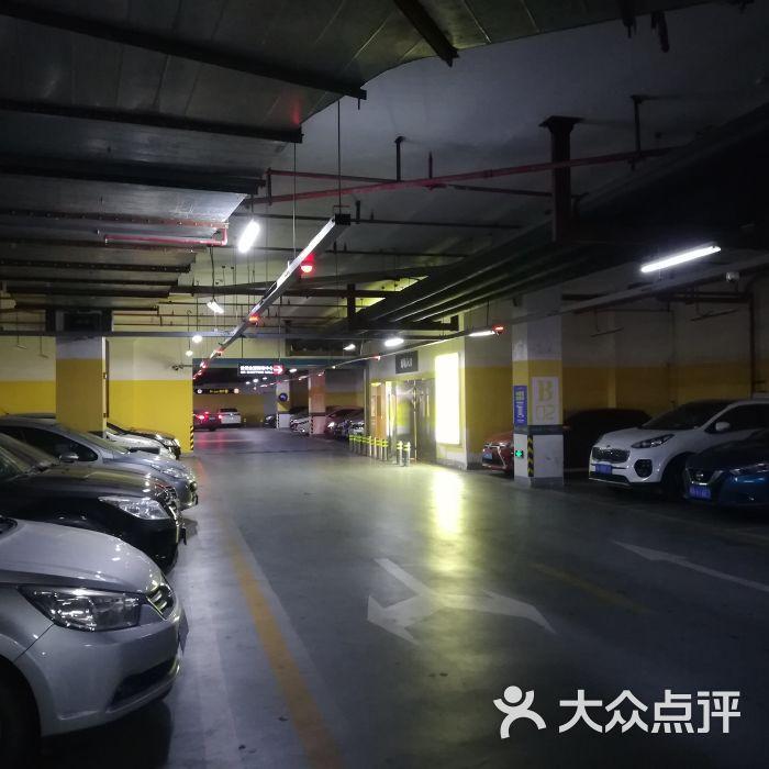 金源购物中心地下停车场