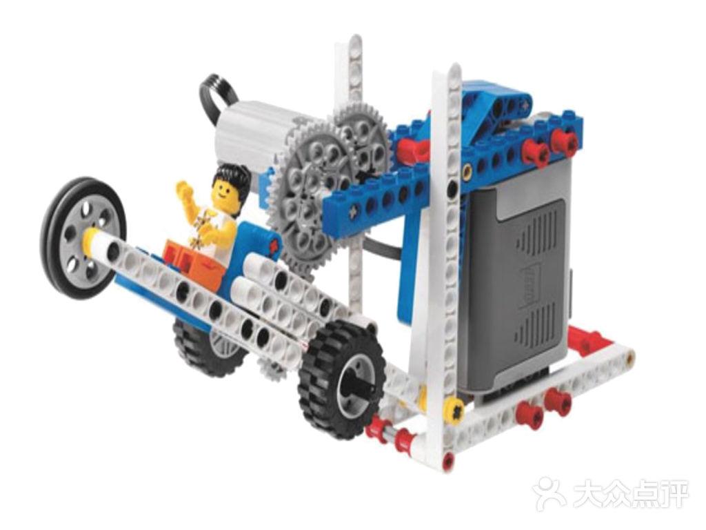 创意搭建课程体系-7岁 结构:了解生活建筑中常见的结构,熟悉结构背后的物理知识、力的关系。运用结构进行更多的创意搭建及结构挑战。 机械创意:机械结构与电机相结合,在电机驱动下了解更多机械原理并熟悉其中的物理及数学知识,同时感受电动作品。 简易机器人:了解简易的图形化编程,通过计算机语言控制作品,机械结构与编程语言的简单结合,激发锻炼更多的创意思维及逻辑思维的乐趣。