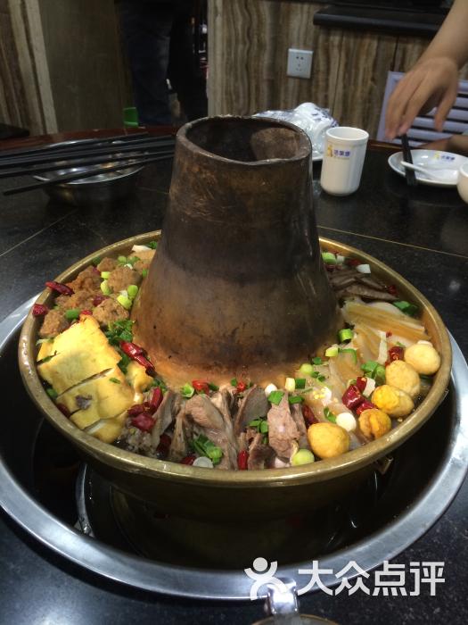 其实土火锅不怎么土 就是北方的铜火锅 只不过锅底不是一般的汤 那个