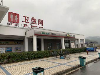 官庄服务区停车场