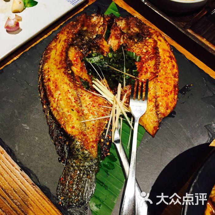 香茅草烤罗非鱼蜱虫的嘴留到图片