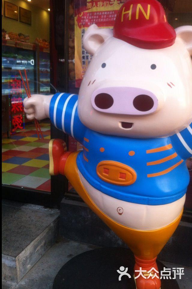 太原街万达广场附近,门口有一只萌萌的小猪