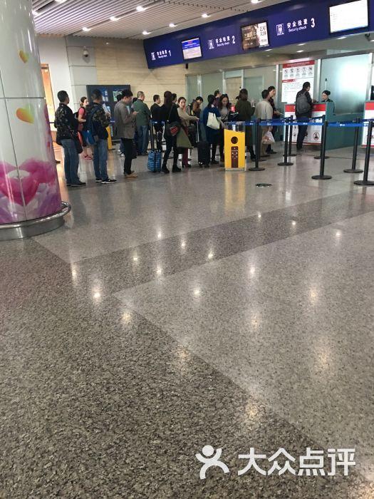 基本上只要回家就是会到重庆然后转高铁的,可以说江北机场去的次数是最多的。第一次在点评上评价,给两星是因为机场人员的服务态度。15年飞机回郑州,因为坐反地铁导致了生平第一次追飞机的经历。过安检的时候遗失了妈妈亲手包的粽子,郑州着陆后就联系了机场人员,说是找下。然后晚上再致电过去,就遇到一个态度非常不耐烦的女地勤,说我们扔都扔了,都发臭了你还要来干啥子嘛。因为是妈妈亲手包的,所以心里很不舍得。还是要求请他们快递,女地勤回答:我们要发只发顺丰!而且顺丰的人来取也要收费,我们还要收费。最后不得已还是放弃了。想起来
