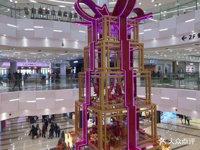 刚开业不久的大型商超,位置在长江路尽头。.
