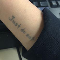 想着纹身的话要纹法文,我思故我在! 然而一到还是怂了.选了画画.