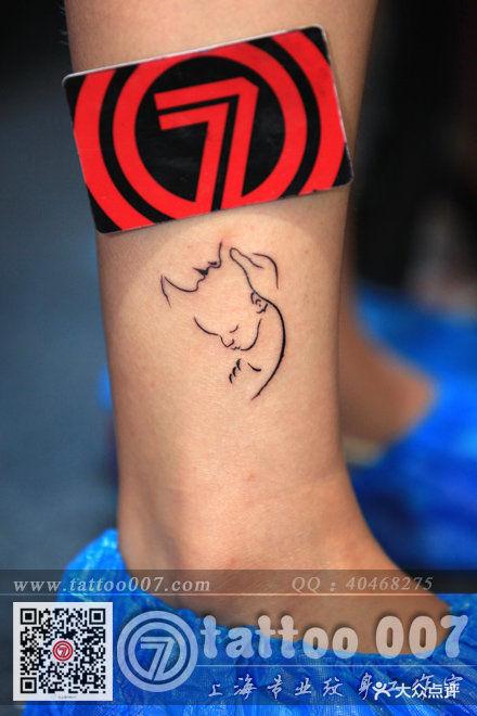 妈妈抱着小孩设计纹身