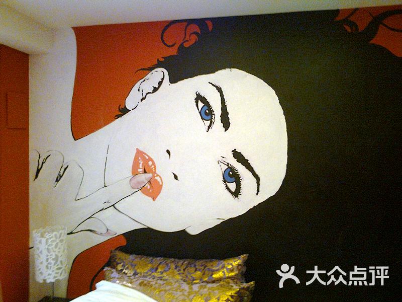 缘分星空酒店彩绘的墙面图片 - 第1张