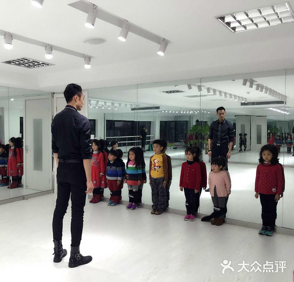 专注于少儿模特形体领域的教学,并保留个人的特色.