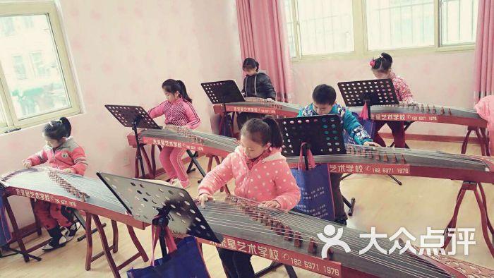 未来星艺术学校 古筝课堂 校园 古筝课堂图片 济宁学习培训
