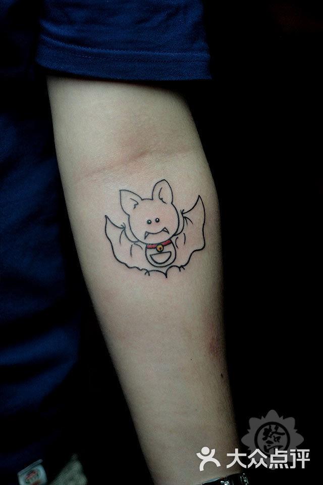 小臂蝙蝠纹身