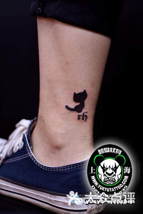 脚腕小黑猫字母纹身