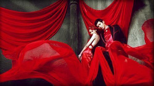 这一款红色婚纱礼服,它的设计灵感是来源于红袖花瓶