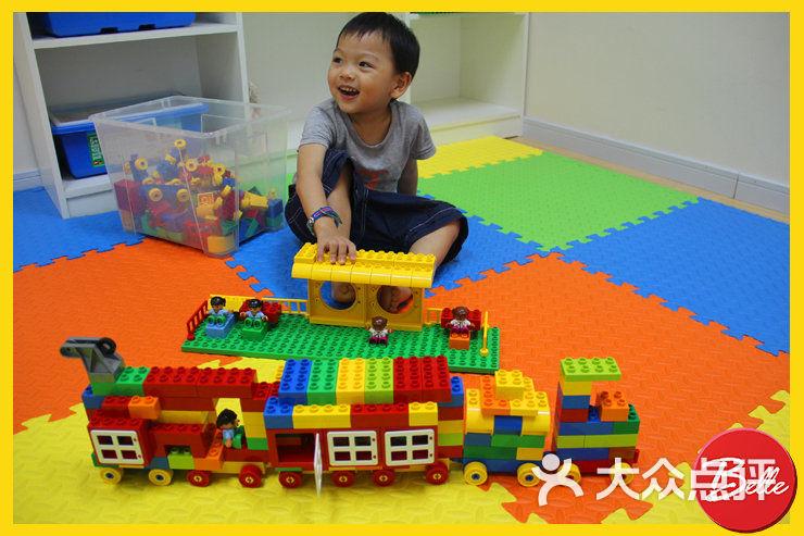 通过乐高的创意搭建来培养孩子的创造力,动手能力,表达能力,团队合作