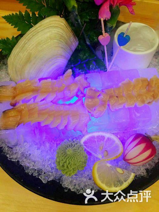象拔蚌摆盘_点的菜不多,象拔蚌刺身,黑鲔鱼大指,三文鱼腹和甜点,象拔蚌刺身肉质很