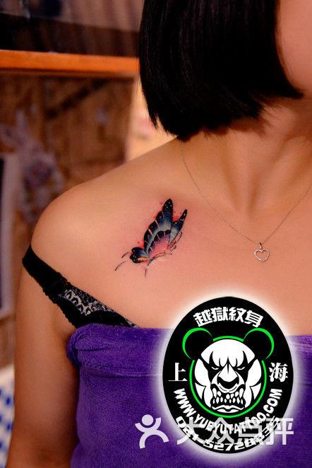 锁骨蝴蝶纹身