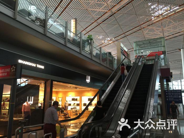 首都机场位于北京市东北方向,距离天安门广场25.35公里。 机场有两座塔台,T1、T2和T3共三座航站楼。 是我国地理位置最重要、规模最大、设备最齐全、运输生产最繁忙的大型国际航空港。 北京首都国际机场不但是中国首都北京的空中门户和对外交往的窗口, 而且是中国民用航空网络的辐射中心。 机场快线有专门到机场的专列, 只能说首都国际机场太大了, 特别是T3航站楼, 三号航站楼是世界上最大的单体航站楼, 能承载空中客车A380等新型超大型客机。 同日六家航空公司在新的三号航站楼运营, 3月26日又有20家航空公