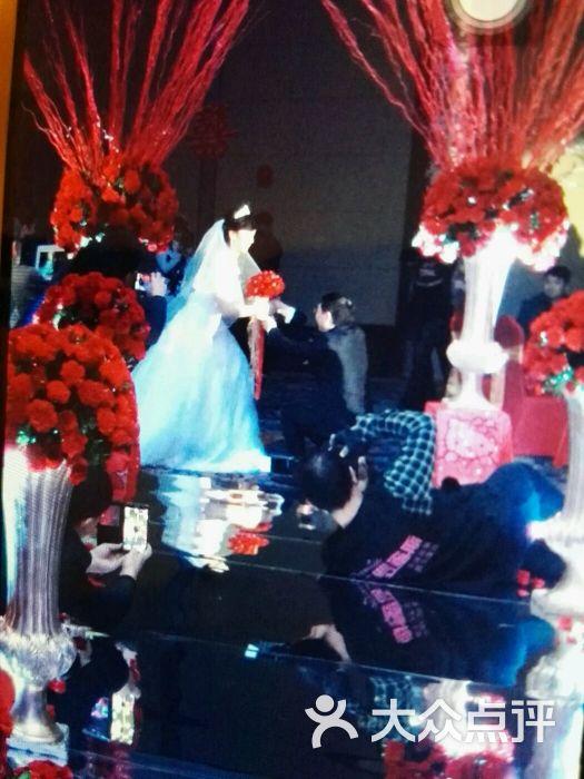 去年12月底的婚礼,11月开始谋划婚礼,我家那位做事严谨的先生经过好几家婚庆公司实地咨询考察后,最终因为看重普罗的综合实力,果断地敲定了这家。后来很高兴认识了干练的店长杨子美女,过程交流的确展现了丰富的活动经验,我们是婚礼和宝宝百天一起办的,所以希望婚礼现场以红色主题,要求不能有白色布景,又不希望太俗气,中西糅合,最后商量沟通,从婚礼背板,花柱,路引,签到台,鲜花布置,灯光等,很多细节都按照我们的需求和想法进行了调整,红色主题传递祥和喜庆,欧式布置高贵大气,全家人都非常满意婚礼当天现场布置,这里要给设计师