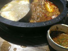 小郡肝串串香火锅的鸳鸯锅