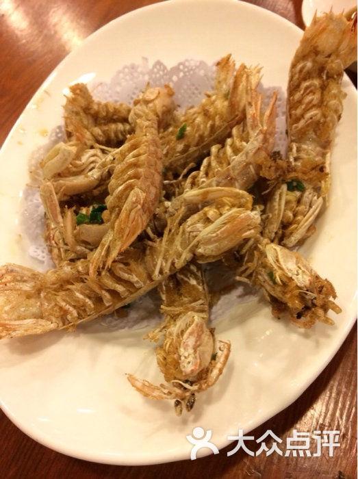 这家的海鲜吃起来很鲜美,尤其是咸菜黄鱼汤,虽然咸菜味很重,但是也