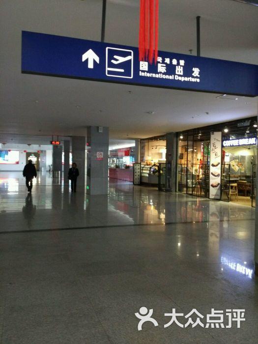 延吉朝阳川国际机场建于1952年,等级为4C级军民合用机场。本人第一次乘坐飞机就是从这里出发,虽然机场的服务水平很一般,但是还是对它有很深的情感在里面。 机场每天的航班不是很多,但是飞往首尔的航班异常火爆,经常会出现一票难求的情况,每天有大韩、韩亚、国航、南航往来首尔,还会有飞往青州或釜山的航班,比省会长春飞首尔的航班还要多。 机场距离市区很近,从延边大学打出租车去机场只需要14元钱,不着急的朋友还可以选择公交车前往机场,方便的很。从机场出来要是坐出租车得与出租车司机讲价,基本不打表,但可以拼车。