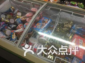 9 凌小冥:小区里的一个便民超市,地方不大,东西还挺多的,啥玩意儿都有