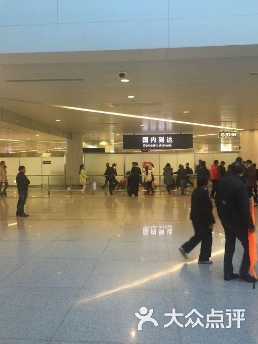 杭州的机场应该属于比上不足比下有余,因为这个城市是旅游城市所以人非常多,机场应该规模不算小,因为临近g20峰会,所以管理很严格,一进门就有一道安检,出站的地方有很多车在等生意,其中很多都是专车,很不凑巧的是,我约到的一辆专车,黑心司机,带我绕了个大远路,多收了近一半钱,我因为不熟悉,过后才发现不妥当,投诉之后过了近半个月才把多收的钱退还给我,这是我对杭州的第一个,也是唯一一个不好的印象,机场里面有很多吃的地方,但是进了安检之后就没有肯德基和超市了,提供了免费上网的地方和充电头,但是基本都被人占满,厕所比较