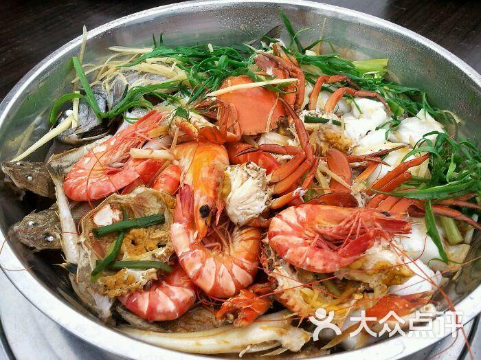 鱼、虾、虾皮含钙较高,吃了可补钙,注意常晒晒太阳,多运动。 哪些食物真的能补钙? 哪些食物真的能补钙? 虾富含蛋白质、维生素、钙、磷、铁等多种营养物质,它比其他肉类的纤维细,水分多,口感细嫩,容易消化吸收,适合老人和儿童食用。另外,虾的含钙量是牛奶的10几倍,且受污染较小,是补钙的极佳选择,但吃虾有一定的技巧,5种吃法最补钙!