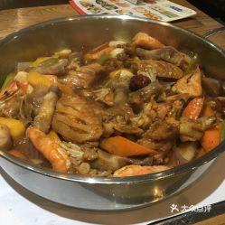 也不油很健康我们点的自选的大虾冰冻的不建议点但是鸡翅和牛蛙