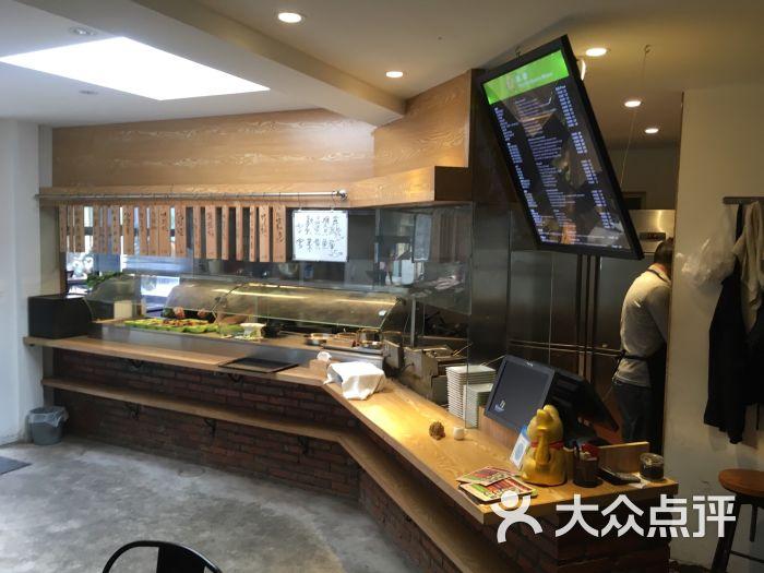 店虽是小店,装修还是有心的,外面开放式厨房有点日式的感觉,里面就餐图片