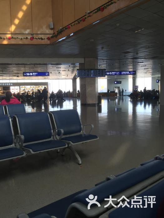 哈尔滨国际机场在太平镇迎宾路,距市区大概要行车一个多小时。机场设有出租车和民航班车还是非常方便的。机场候机大厅非常的宽大,但是也显得非常的老旧。外面在盖新的机场候机大楼。盖好了应该能好一点儿吧。候机大厅比较吵杂听不清候机楼的广播。 安检人比较多比较慢,大家一定要提前到机场以免误机。候机楼的卫生间有点少,人多的时候需要排队,希望新机场一定要增加卫生间,减少大家排队。机场的服务真的不咋地,换票员在那说话啊!又冷又硬。希望一定要改进一下。 以上是个人观点,仅供参考。