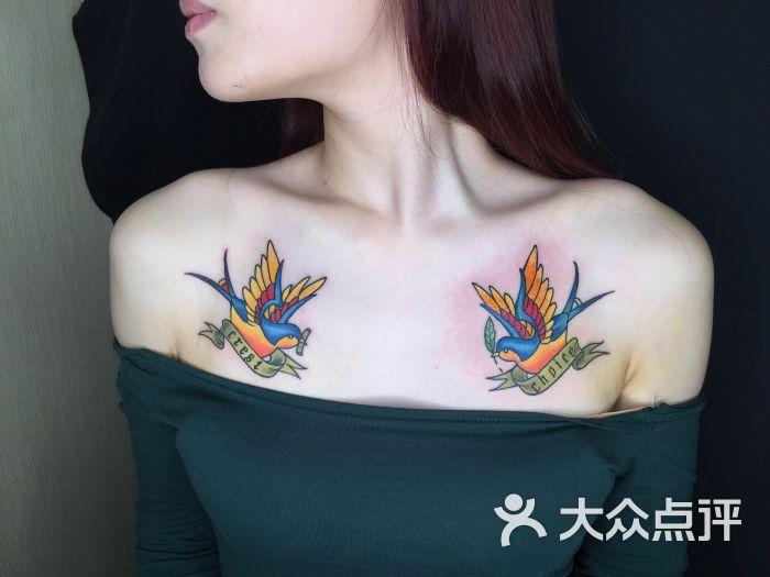 锁骨燕子纹身美女纹身图片