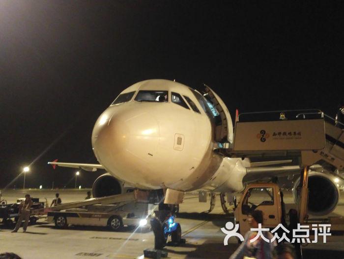 真心说,上海、北京、南京、天津,包括自己的城市沈阳,还有马上到的长沙机场,这么多机场,我就没见一个厦门机场这么差的,虽然长沙的没到呢,不知道什么样,但是应该不会比厦门的更糟糕了,飞来的时候落地是半夜,直接出去了没有感触,现在就坐着等着呢,我真是不吐不快啊。。 看我上传的最后一张图吧,我不说,谁知道是机场啊,以为是哪的火车站候车大厅呢,乱死了,设施也旧,在这等着广播里一直没停过的,哪个哪个航班登机口又变了,或者又不能准时登机了。。 引导登机的,拿个喇叭使劲喊,不管怎样广播里的还能听,这大喇叭的烦不烦?本来出