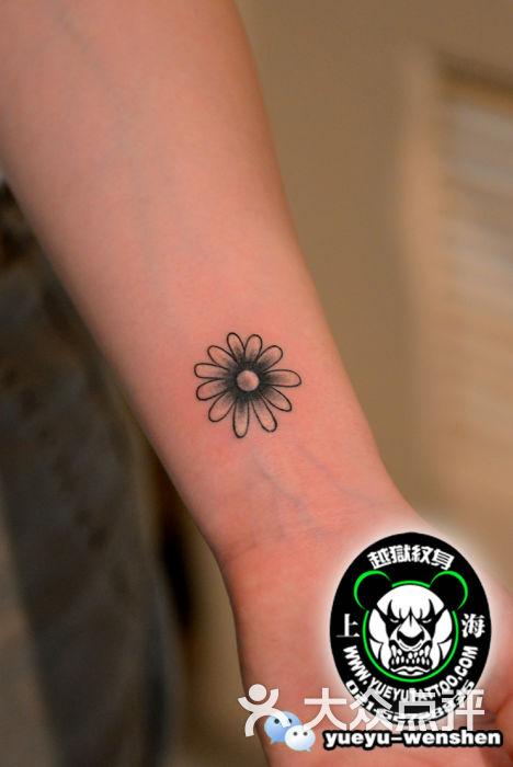手腕小花纹身