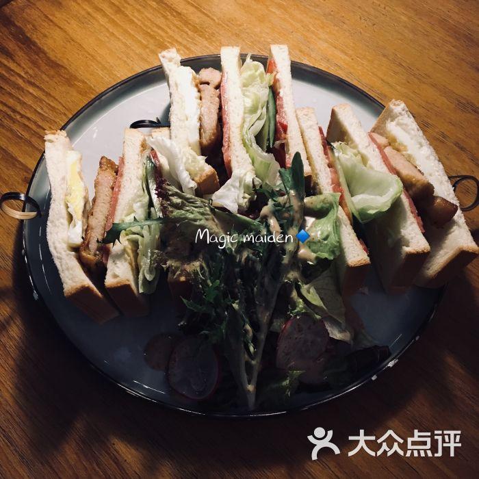 总汇三文治配杂菜沙拉