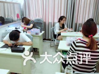 月悦化妆美甲纹绣培训学校