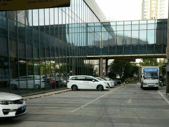 行健开元名都大酒店停车场-出入口