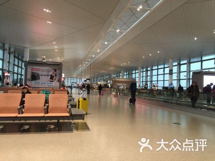 坐飞机出发去旅行!其实到达南京禄口机场的方式有好多种,公共交通的方式就有地铁和机场大巴,机场大巴是20元一个人,保证有座位,会舒服一些,而坐地铁的话,如果从南京站上车,是8元,中途还要在南京南站再换机场线S1,相对来说时间会久一点,就看个人的选择,这次是坐机场线S1去的,出站后,一直往上走,就可以到达T2航站楼。 T2航站楼是因为青奥会才新建开通的,相对于T1航站楼来说,真的比较的新,而且这边配套的餐饮都是挺齐全的,除了星巴克外,其他的很多店的价格明显比外面的贵了不知道多少,因此如果肚子饿的话,一种是熬到