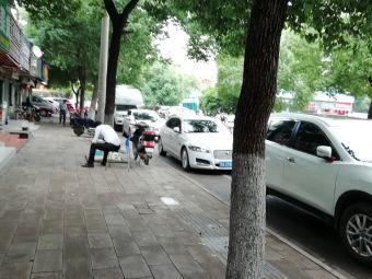 刘胖子家常菜中央花园店停车场