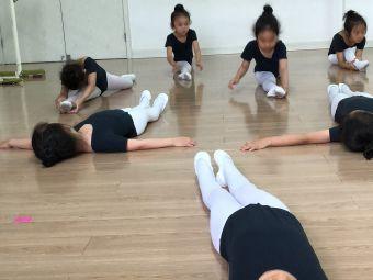 小白鸽少儿舞蹈艺术团