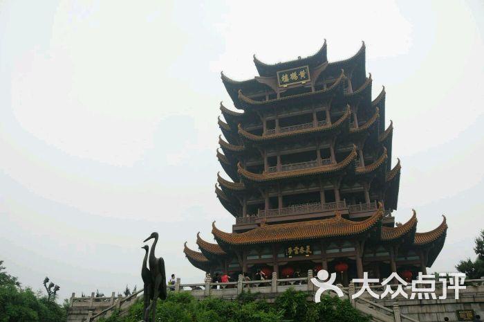 主楼周围还建有白云阁,象宝塔,碑廊,山门等建筑.