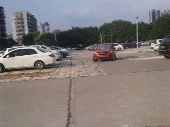 人人乐购物广场停车场