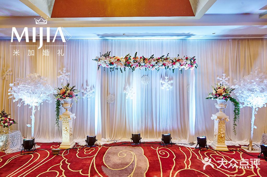 酒店森系婚礼舞台布置