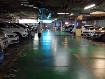 鸿通城购物中心-停车场